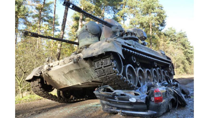Car Crashing mit dem Panzer in Fuerstenau