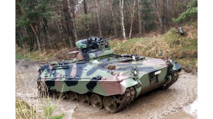Schützenpanzer Marder fahren bei Osnabrueck